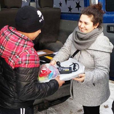 Luiza Stanescu delar ut gåvor i den rumänska byn Păuleasca. Foto: Alexandru Ilie