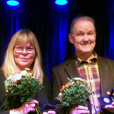Liselott Lindeborg och Christian Zell visar upp sina medaljer. Foto: Östgötateatern