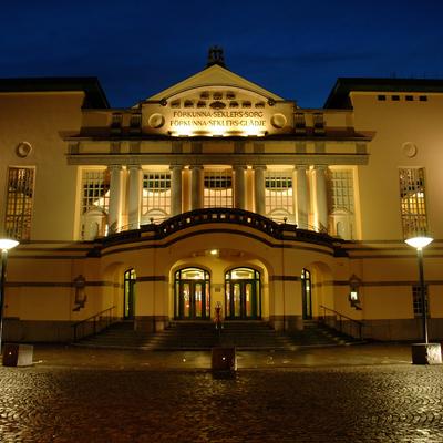 Norrköpings teaterhus. Fotot är taget på kvällen.