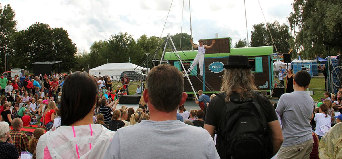 Håll ihop - en cirkus på hjul - Quentin Bancel går på lina med hjälp av publiken.