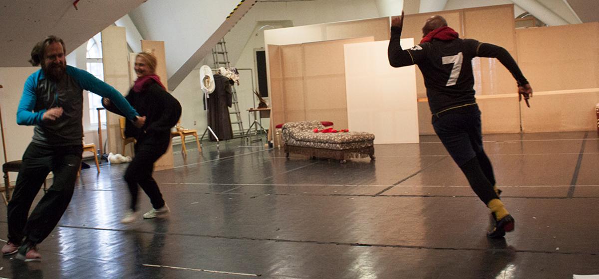 Lekfulla repetitioner - Regissören Michaela Granit springer med.