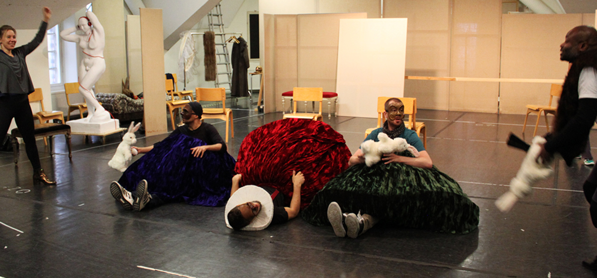 Stora fysiska uttryck - Skådespelarna arbetar med hela kropparna och utnyttjar hela rummet.