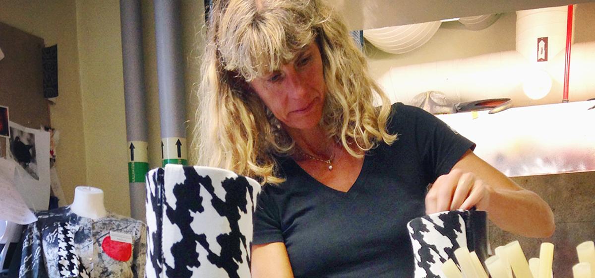 Maja Magnusson Wiklund - Arbetar här med skor till Blomma blad en miljard.