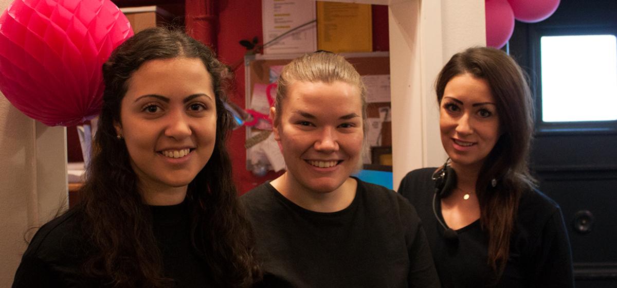 Publikvärdar - Mitra Bashang, Fanny Sjödahl och Heléne Thuresson trivs på jobbet.