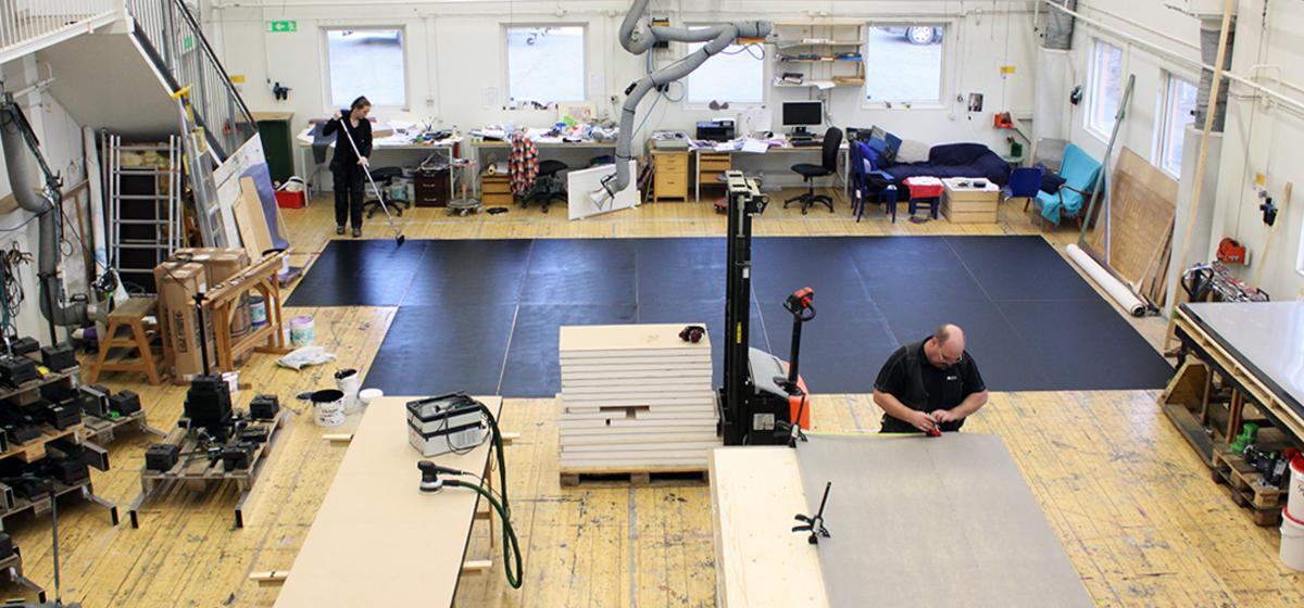 Nytt golv - Lisa Bolin målar ett provisoriskt scengolv till La Cage aux Folles i Linköping.