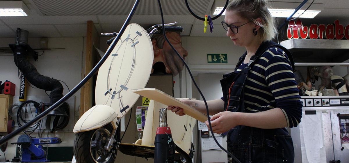 """""""Det är så roligt"""" - Stella Ljungberg bygger mopedkåpor till ung scen/östs Du gnisslar."""