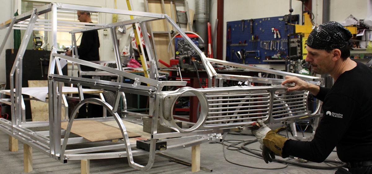 I smedjan - Christer Jonsson tillverkar en bil till ung scen/östs föreställning Pappas bil.