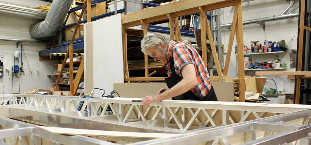 """""""Största bygget vi gjort"""" - Det säger snickaren Mats Hurtig om scenografin till Dissekering av ett snöfall."""