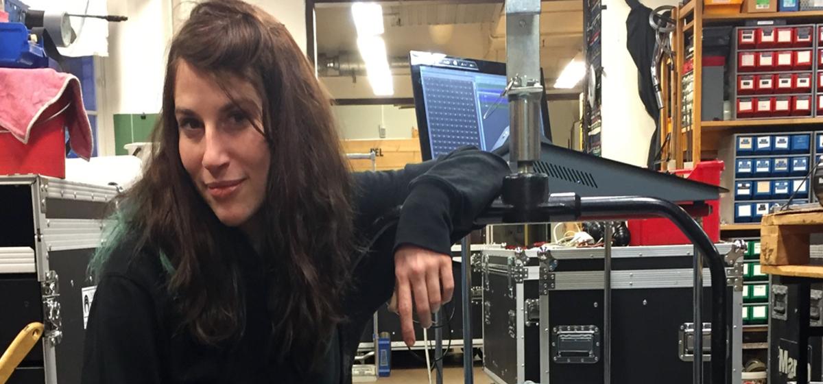 """Har blivit teaterintresserad - """"Det är kul att se teater om och om igen och se de där små grejerna"""", säger Linn Persson."""