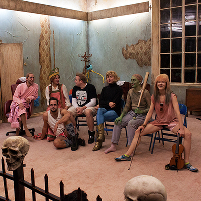 Ensemblen i Baba Yaga på ung scen/öst. Foto: Jeanette Söderwall