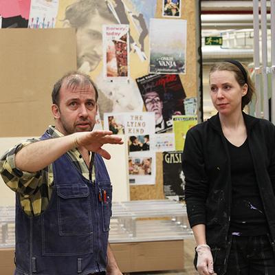 Magnus Emilsson tillsammans med målaren Lisa Bolin.
