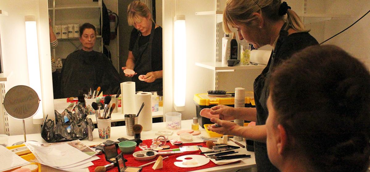 En naturalistisk föreställning - Anna Andersson ordnar hår och smink på Kerstin Eriksson.