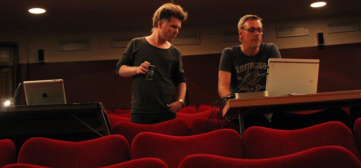 """""""En föreställning måste få leva"""" - Regissören Martin Rosengardten testar nya ljud tillsammans med Michael Andersson."""