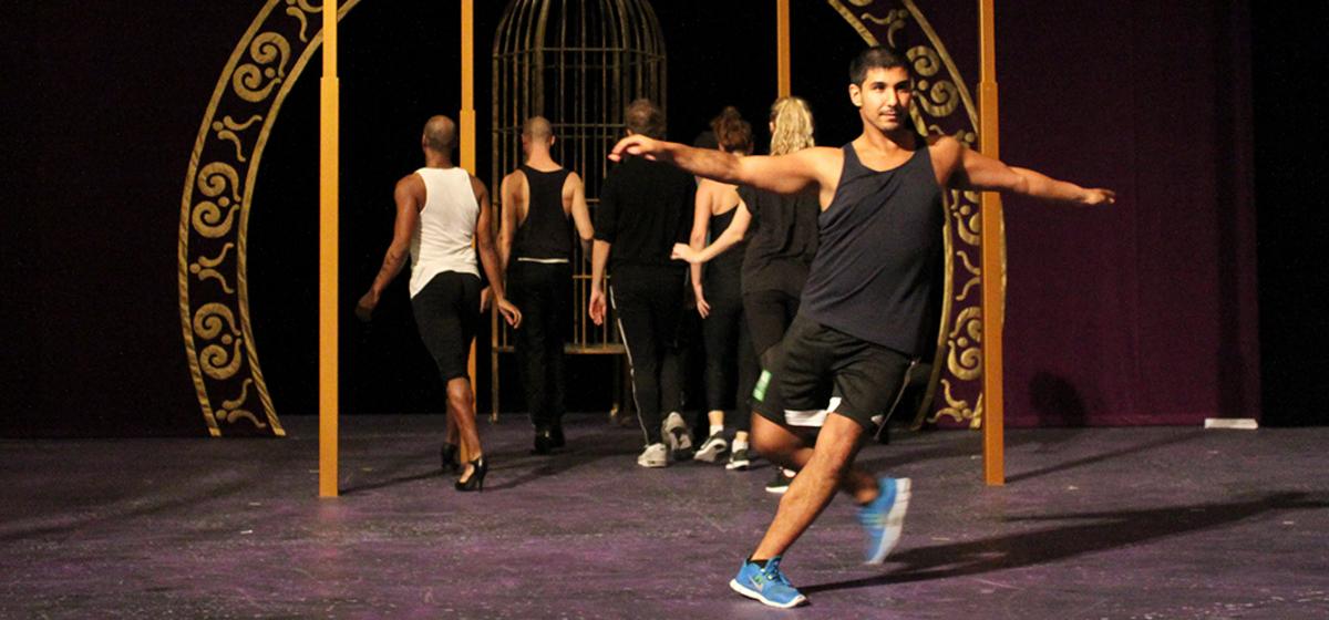 Avancerad koreografi - Rasmus Malm spelar en av nattklubbens cageller, Clo-Clo.