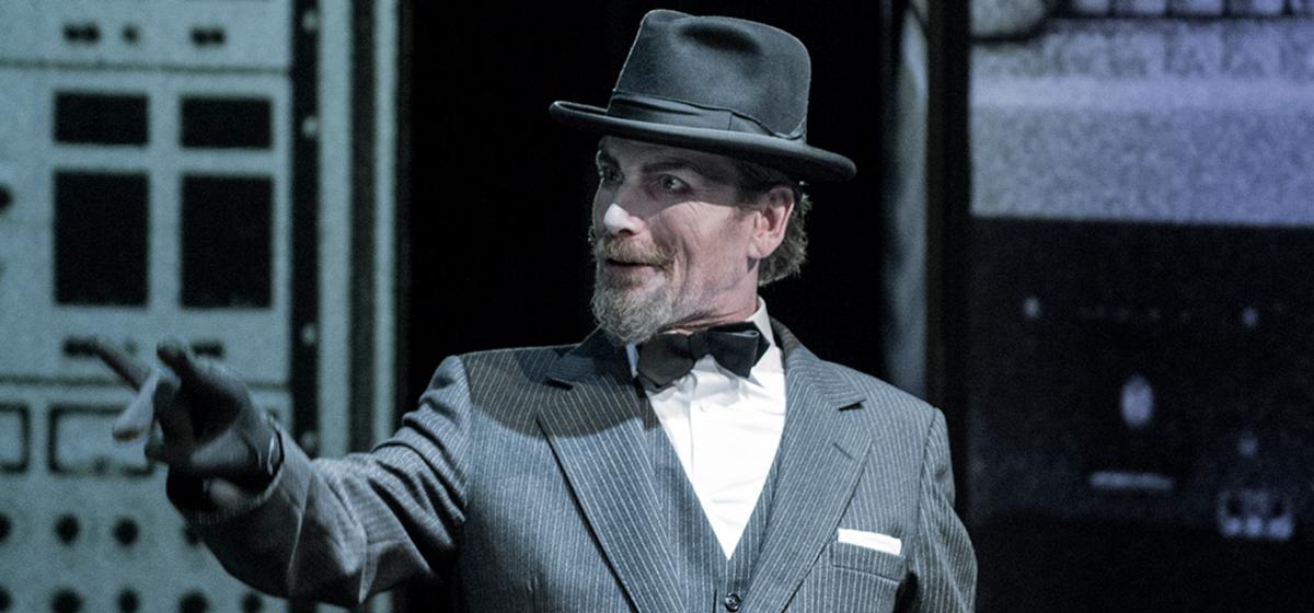 Frankenstein - Richard Carlsohn spelade rollerna som Elenas morbror, Chen Yi Loon och rektor.