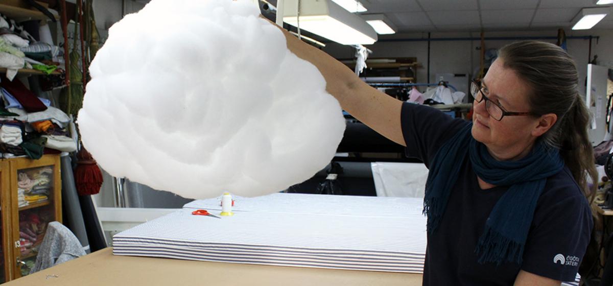 """Täcke blev moln - """"Man får prova sig fram"""", säger Caisa Stenberg."""